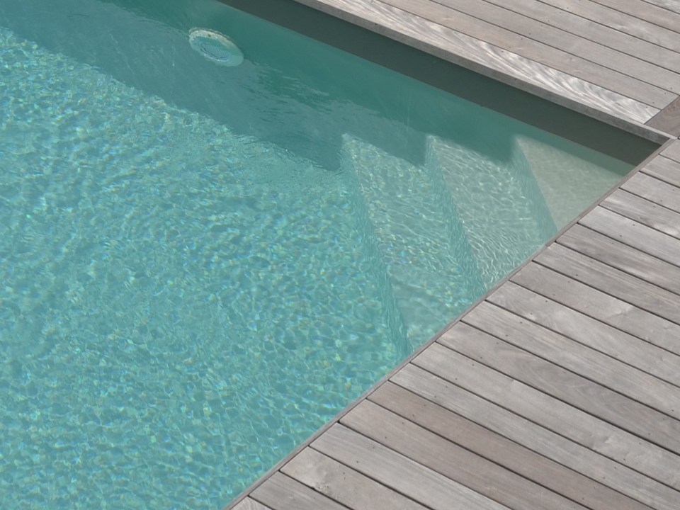 Escalier angle simple piscine
