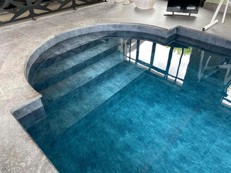 Escalier roman piscine